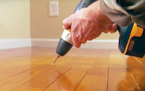khoan thêm ốc vít mới để cố định ván sàn